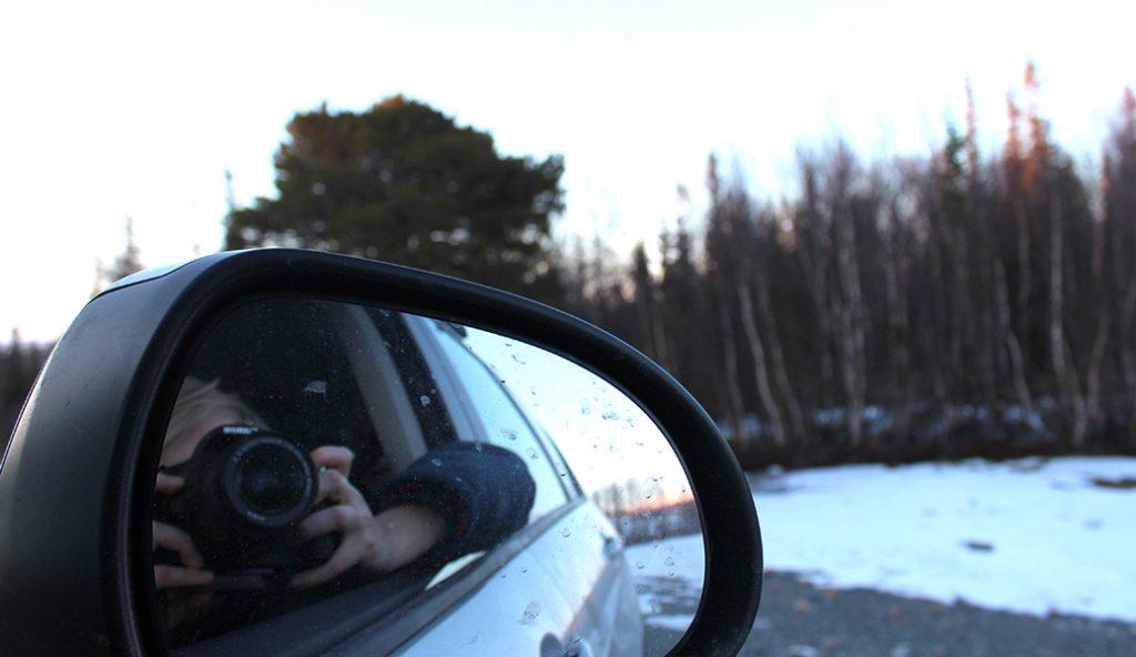 Fotograf i bilens backspegel
